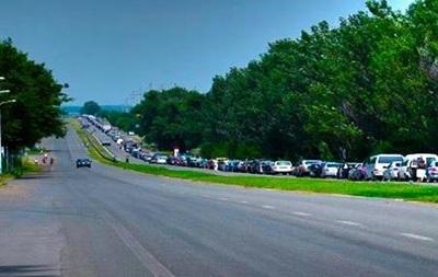 На пунктах пропуска в Донбассе сохраняются километровые очереди