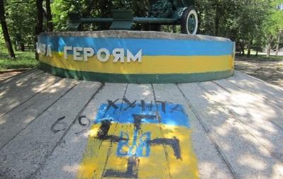 В Краматорске на памятнике героям Второй мировой нарисовали свастику