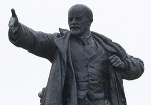 В Подмосковье памятник Ленину стащили с постамента с помощью троса