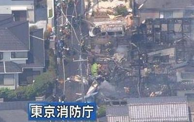 В Японии самолет упал на жилые дома, есть жертвы