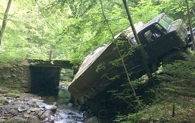 В Закарпатье грузовик с людьми упал в пропасть