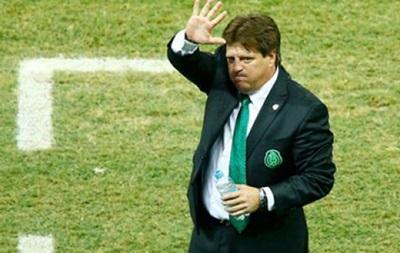 Наставник сборной Мексики ударил журналиста
