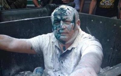 В Одессе депутата облили зеленкой и бросили в мусорный бак