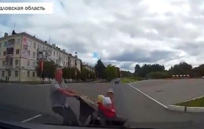 В России авто сбило отца с коляской: детей разбросало по дороге