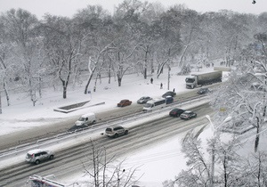 В Киеве эвакуаторы помогают чистить улицы от снега