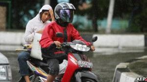 В Индонезии придумали женский способ езды на мотоцикле
