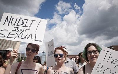 Канадские женщины провели марш в защиту права ходить топлес