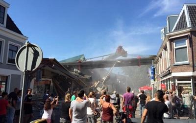 В Нидерландах два строительных крана обрушились на дома