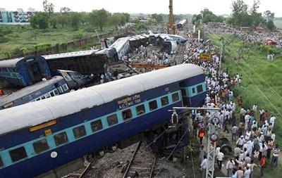 Два пассажирских поезда сошли с рельсов в Индии