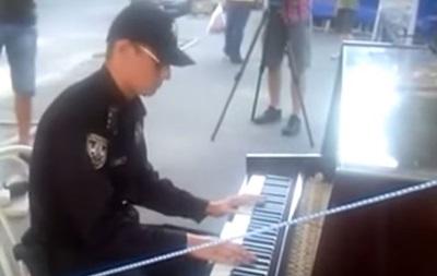 Киевский патрульный сыграл на уличном рояле  Apologize