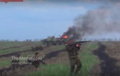 Появилось видео, как украинский танк уничтожил два БТРа сепаратистов