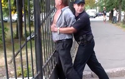 В Киеве пьяный  милиционер  плюнул в полицейского
