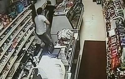 В США продавец мечом отпугнул грабителей с мачете