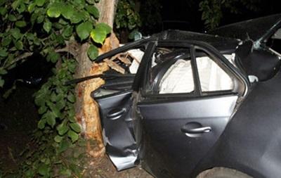 В Сумской области автомобиль врезался в дерево, погибли три человека