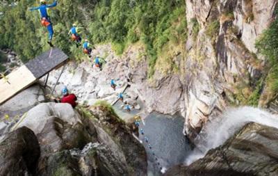 Захватывает дух: Швейцарец прыгнул в воду с высоты 19-этажного здания