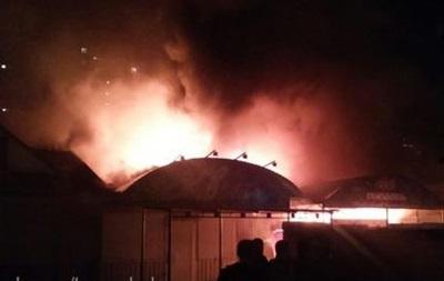 Ночью в Киеве на Троещине сгорели киоск и магазин