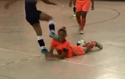 Бразильская футболистка ударила соперницу ногой по голове