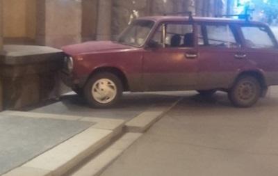 В Харькове Жигули врезались в здание мэрии