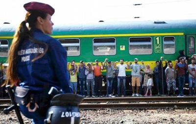 Сотни беженцев из Венгрии отправились в Австрию пешком