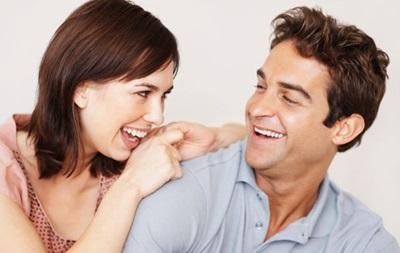 Ученые выяснили, почему женщин привлекают мужчины с чувством юмора