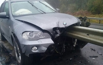 На трассе Киев-Чоп BMW проткнуло отбойником