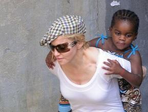 Об усыновлении Мадонной ребенка из Малави поставили спектакль