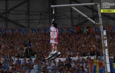 Месть Иуде: Фанаты Марселя повесили над трибунами чучело футболиста