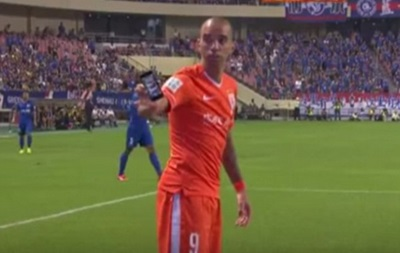 В Китае во время матча фанаты бросили в футболиста айфоном