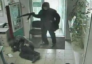 Обнародовано видео нападения на банк в Донецке. Преступников подозревают еще в пяти подобных ограблениях