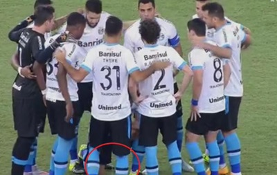 В Бразилии футболист помочился на газон легендарного Маракана
