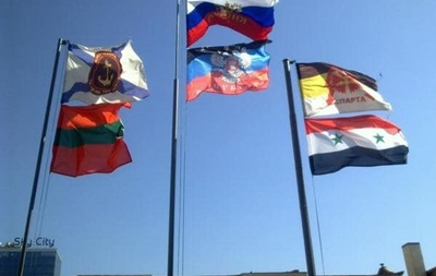В центре Донецка вывесили флаг Сирии