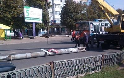 В Кировограде на автомобиль упал столб