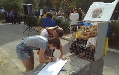 В Полтаве снова судят Кернеса: активисты принеслы куклы мэра