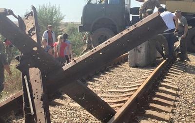 Активисты заблокировали ж/д пути к заводу Фирташа в Крыму