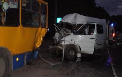 ДТП в Тернополе: маршрутка на большой скорости въехала в троллейбус