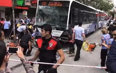 В Анкаре автобус врезался в толпу, погибли более десяти человек