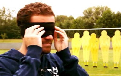 Голы вслепую: Мата показал, как с завязанными глазами может забивать штрафные