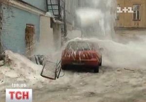 В центре Киева снежная глыба раздавила Мазду