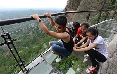В стеклянном мосту в Китае образовалась трещина