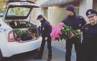Полиция раздает киевлянкам розы