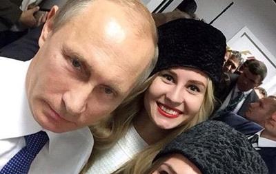 Путин сфотографировался с двумя моделями