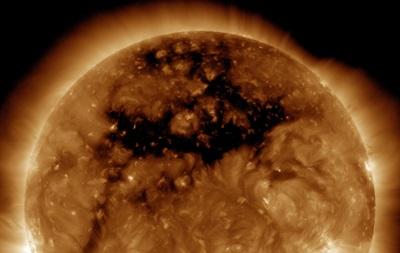 NASA показало гигантскую дыру на Солнце