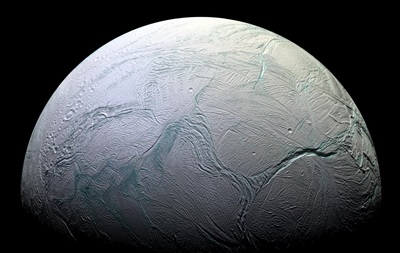 На загадочном спутнике Сатурна с теплым океаном нашли снеговика