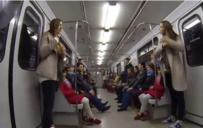 В киевском метро близнецы удивили пассажиров необычным экспериментом