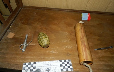 Киевлянке поклонник подарил гранату и тротиловую шашку
