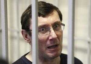 Луценко попытался запустить в прокурора Уголовно-процесуальным кодексом