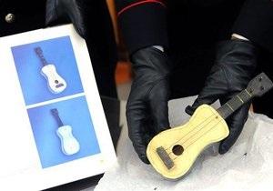 В обувной коробке нашли расписанную Пикассо мини-гитару