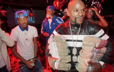 Завидуйте молча: Непобедимый Мейвезер пришел в ночной клуб с пачками денег