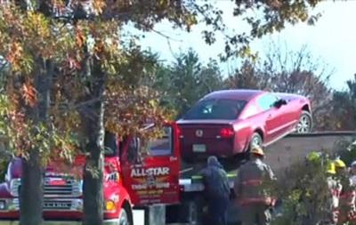 Пенсионерка обнаружила на своем дому автомобиль