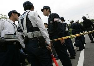 В Японии мужчина, вооруженный ножом, удерживает заложников в банке